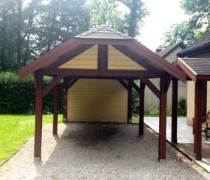 Carport en bois simple.